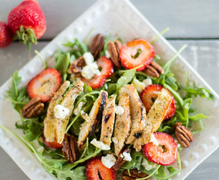 Arugula salad with grilled chicken, summer berries & candied pecans | Such the Spot
