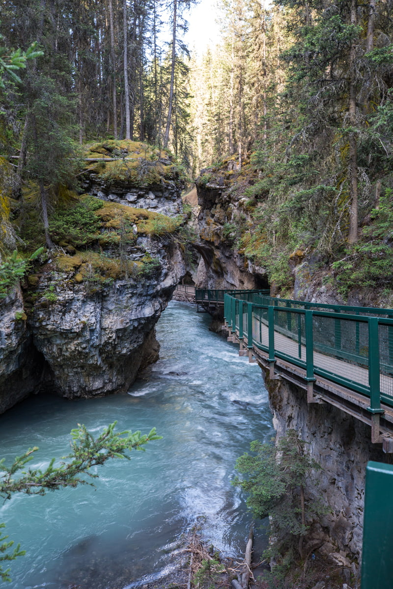 This Banff travel guide lists the best places to eat, where to stay and what to do during any vacation to Banff and Lake Louise. Gorgeous pictures and excellent tips for your trip!