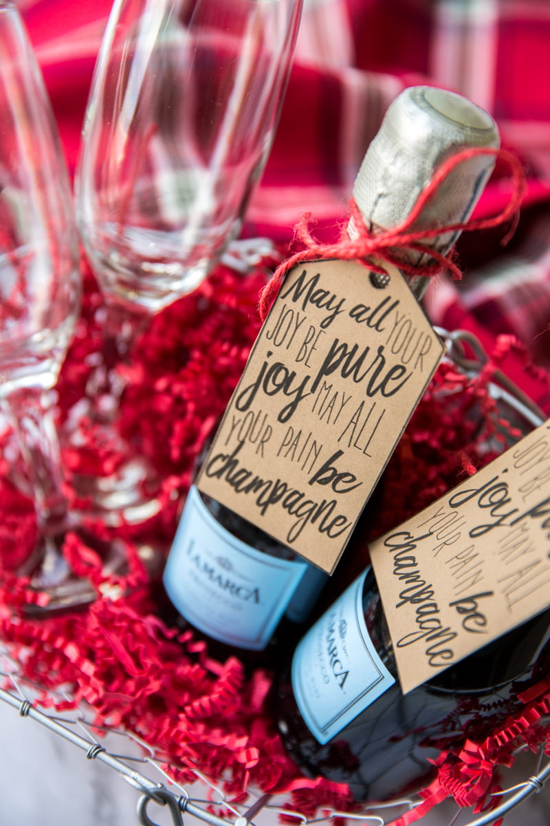 This free printable champagne gift tag makes it easy to DIY your way to a super cute Christmas gift for neighbors, coworkers or friends. Mini champagne bottles are a festive, fun and cheap Christmas gift idea!